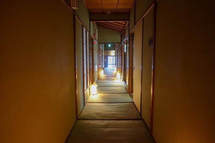 中に入ると、間接照明で照らされた畳の廊下が続きます。祇園らしく雰囲気のある空間は、まるで老舗料亭のよう。上質な空間も、旅気分を盛り上げてくれます。