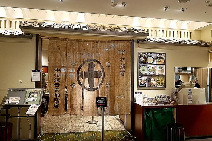 茶商の老舗である「中村藤吉本店」の京都駅店。本店は、その佇まいからも京都の茶文化を支えてきた歴史ある風格が漂いますが、こちらはよりカジュアルにその魅力を楽しめます。