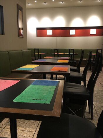 京都らしいお茶を使ったメニューが揃う中村藤吉本店。和モダンな店内では、甘味はもちろん茶そばなどのお食事もいただけます。