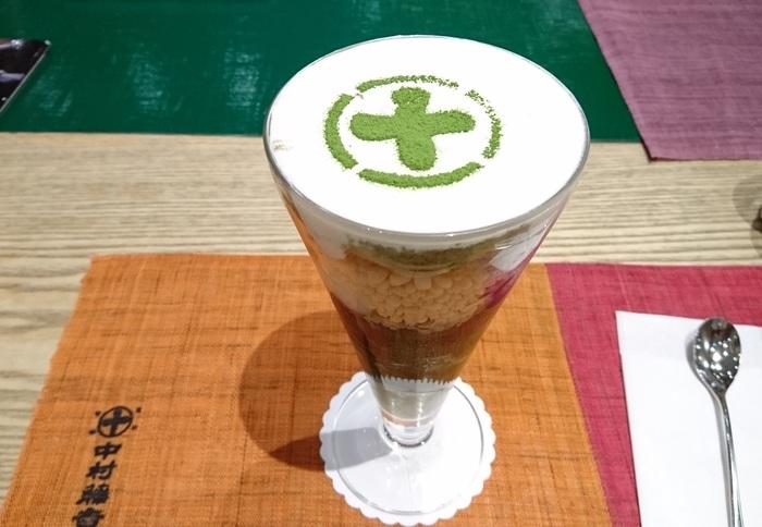 こちらが人気メニューの「まるとパフェ」。抹茶ゼリイや抹茶アイス、餡子、スポンジ生地や生クリームなど、多彩な具材を一度に楽しめる贅沢な一品です。観光客にも「並んででも食べたい」と言われている、京都を代表する抹茶パフェのひとつです。