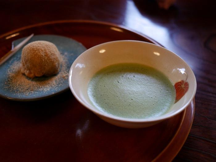 京都旅で楽しみのひとつが「甘味を食べること」という方も多いのではないでしょうか。抹茶やほうじ茶、珈琲に合う和のスイーツは、どの甘味処でも何をいただこうか迷うほどバリエーション豊か。そんな「お茶と甘味」が充実した京都のなかでも、今回は「気軽に立ち寄れる」おすすめ5軒をご紹介します。