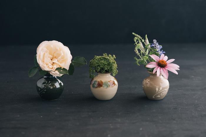 沖縄県那覇市にある育陶園は、300年も続く壺屋焼の窯元。沖縄の素材にこだわり、職人の手によってひとつひとつ作り上げられるやちむんは、レトロさと新鮮さを兼ね備えたミニサイズの壺です。置くだけでもインテリアとして様になる陶器製の壺ですが、大ぶりな花を一輪飾るだけでなんとも美しい佇まいに。シックなのに華やかな、フラワーベースとして活躍してくれます。
