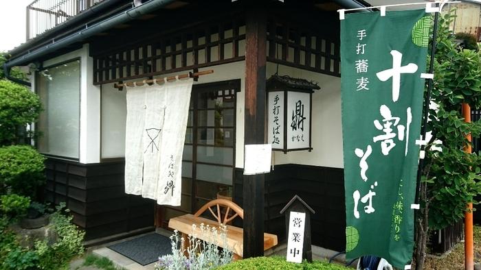 お店は、まちの中心地から少し歩いた住宅地に。店主は飯田市出身。デザイン会社を退職し、長野市内の有名蕎麦店で修業を積んだ後、1999年に開業しました。