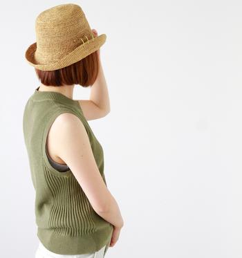 ショートカットには、顔回りに自然になじむ小さめの麦わら帽子を。目安は、耳やサイドの髪の位置に帽子のつばが収まるくらい。ショートらしいスッキリした印象を残すことができます。まとまりもよくなるので、コーデ全体のバランスも取りやすくなりますよ♪