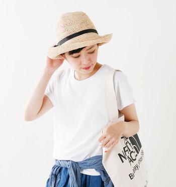 ベージュやホワイトの麦わら帽子は、爽やかな印象にしてくれます。日本人の肌になじみやすい色なので、コーディネートしやすいというメリットがあります。