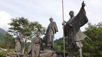 梼原町は幕末の志士、坂本龍馬が脱藩した地としても良く知られています。  そこで立ち寄っていただきたいのが、梼原町市街地にある和田城跡に設置された、「維新の門」。