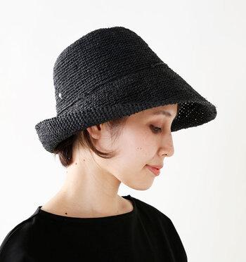 ファッションアイテムの中では定番色のブラックも、麦わら帽子としてはちょっと個性派な色味。カジュアル&ナチュラルな印象を抑えた、辛口な雰囲気に仕上がります。色自体は合わせやすいので、コーディネートは難しくありませんね。