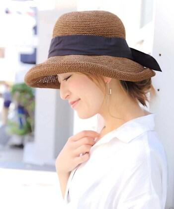 ブラウン系の濃い色の麦わら帽子は、シックで大人っぽい印象を与えてくれます。コーディネートを引き締めたいときにもぴったり◎落ち着いた雰囲気が好きな方におすすめです。