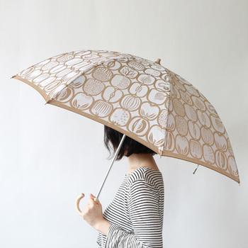 夏には日傘を手放せない!というか方も、多いのではないでしょうか。日傘は紫外線対策にもなりますし、さしているだけで暑さが幾分か軽減される心強いアイテムですよね。日傘にはたくさんのデザインのものがあり、選ぶのも楽しそう♪毎日使うものだからこそ、とびきりお気に入りのものを見つけてみてはいかがでしょう。晴雨兼用の傘なら、急な天気の変化があっても安心です。