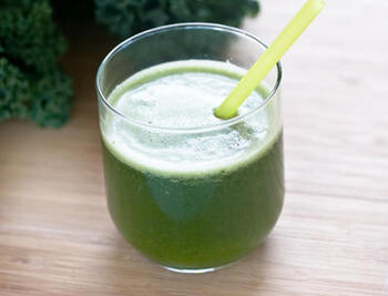 苦みのあるケールにはグレープフルーツの酸味がぴったり!ケールは葉の部分だけ使うと、飲みやすくなります。