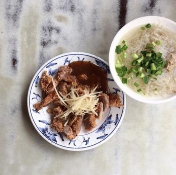 エリア:台北 店名:民樂旗魚米粉(ミンラーチーユーミーフェンタン) あさごはん:米粉湯(ミーフェンタン)  米粉湯は、米粉で出来た短い麺が入ったスープ。日本でカップ麺を手早く食べるように、お店に足を運んで麺を食べているんですね!