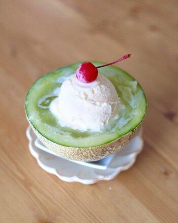 半分に切ったメロンに炭酸を入れてアイスクリームとさくらんぼを乗せれば、生メロンクリームソーダに!メロンの自然なさっぱりとした甘さが夏を演出してくれます。自分でもつくってみたくなるクリームソーダです。
