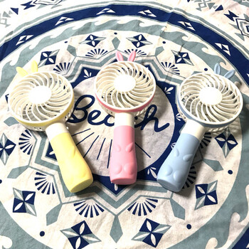 うさぎの耳がとってもかわいらしいデザインのミニ扇風機です。韓国で大人気のアイテムなのだそう♪手持ちタイプだからすぐに首元や顔にさわやかな風を送れます。スイッチひとつで風量調節OK。USB充電もできますよ。