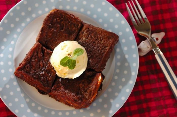 厚切りパンにココアの香り高さとほろ苦さがしみ込んだ、意外に大人好みのチョコフレンチトースト。トッピングしたバニラアイスの甘みとココアの相性が抜群です。
