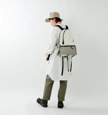 本格的なアウトドアメーカー、and wanderのコーデュラナイロン防水デイパックは、耐水圧2000mmの優れた防水性のバッグ。