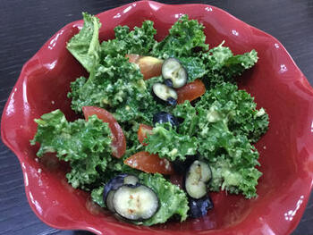 フレッシュなケールをサラダとして和えるときは、水で洗った後、しっかりと水切りをするのが美味しく仕上げるコツです。水っぽくならないよう、調味料と混ぜるのは食べる直前にするのがおすすめ。