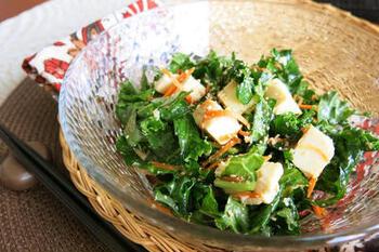 栄養価の高いケールに、良質なたんぱく質が摂れる豆腐を合わせれば、ひと皿で満足度の高いサラダが完成です。絹豆腐を使うと、ドレッシングとも馴染みやすくなります。
