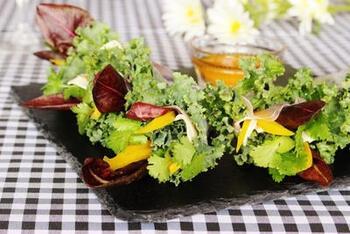 ケールのくるくるとした可愛らしい葉を生かした生春巻きです。ブーケのようにぎゅっと形づくって、食べやすく、持ちやすく。