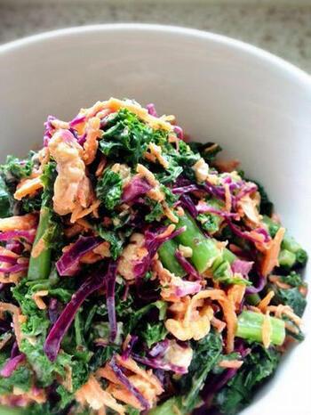 ケールに紫キャベツとニンジンをプラスした色鮮やかなサラダです。仕上げにクルミをアレンジすると、歯ごたえのアクセントになります。