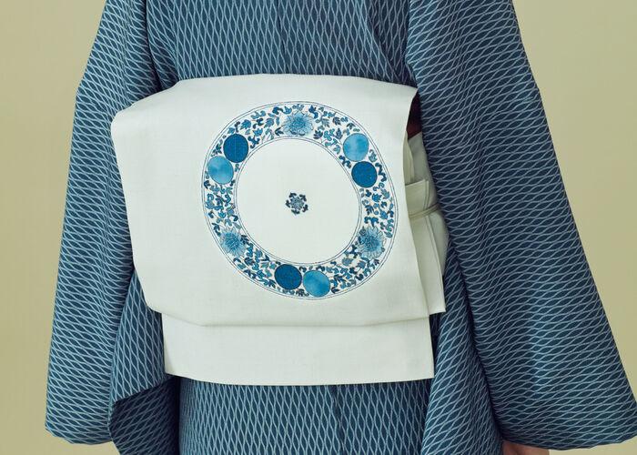 一重太鼓という帯結びで締めることが多い名古屋帯は、小紋に合わせる最もベーシックな帯です。  染の絵が入ったものや織模様が入ったもの豪華な刺繍が入ったものなどがありますが、着物と帯の重厚感を合わせるようにするとバランスがとれてよいでしょう。