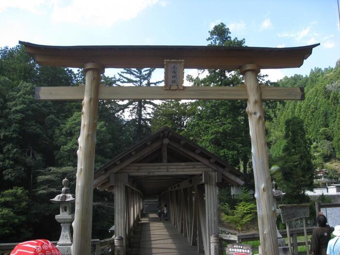 三嶋神社は、919年に、津野郷の開祖・津野経高伊豆から三嶋大明神を勧請し祀ったのが始まりとされています。