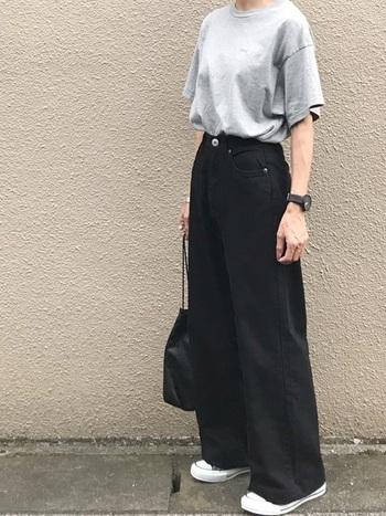 Tシャツと黒デニムのワイドパンツの組み合わせは、ワイドシルエットはもちろん、やや首の詰まったクルーネックがメンズライクな印象です。黒の小物でクールにまとめています。