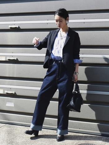 カジュアルなワイドデニムにシャツやジャケットを羽織ったきれいめスタイル。足元もレザーシューズにすると、マニッシュコーデに早変わり。