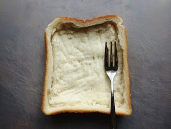 パンの中身をくぼませ、そこに卵液や具材を入れて焼くと、おしゃれなキッシュトーストになります。おうちの朝食のイメージが変わりそう♪