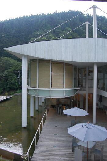 正面以外のアングルから見ても、構造的に美しい施設です。