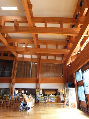 梼原町総合庁舎の1階には、茶堂が設置されており、訪れる人を迎えてくれます。木のぬくもりが感じられる暖かな建物は、町内外の人々の交流の拠点となっています。