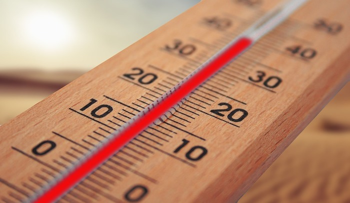 起床時や、前日の就寝前。「今日の気温」「明日の気温」をチェックする習慣をつけてみましょう。気温チェックの際には、前日との気温差も合わせて確認しておくと、「昨日より暑くなりそう」「今日はちょっと涼しいかな」と、具体的に想像しやすくなりそうです。