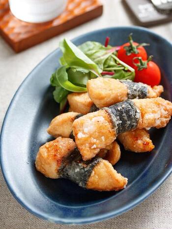 揚げ焼きで作れる海苔巻きチキンのレシピです。にんにく醤油と海苔が相まって、ご飯に合うおかずになりますよ。冷凍保存もできるので、多めに作ってストックしておいても◎