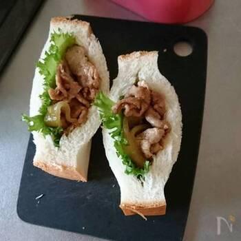 厚切りパンを2分割し、断面に切り込みを入れて袋状にするとポケットサンドが楽しめます。こぼれやすい具なども詰められ、食べやすいのもメリットです。