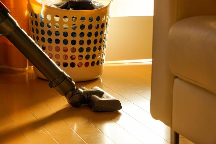そして、どんなに疲れていても、やっぱりおろそかにできない掃除。  でも、家にいる朝早い時間や夜に掃除機をかけるのは、ご近所さんに気を使ってしまいますよね・・。  そこで、意外に活躍するのが、「フロアワイプ」。