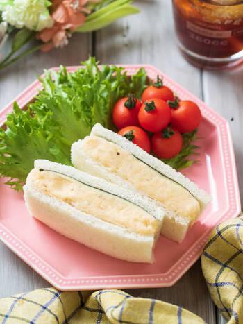 おにぎりの具としても定番の明太マヨをサンドイッチでも。市販の明太マヨネーズを使うのでお手軽!水分が出にくい具材ばかりなので、お弁当にもおすすめですよ。