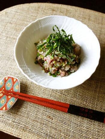 鯵のなめろうに梅干しをプラスしたレシピ。大葉と梅干しでさっぱりと頂けます。味付けは味噌だけなので、シンプルな材料で手軽に作れます。おつまみにも◎