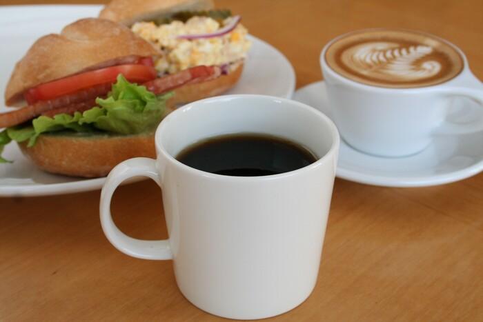 気軽に立ち寄れるカジュアルな雰囲気ながら、本格的な珈琲をゆっくりと楽しめる小川珈琲。京都ならではの食材を使ったフードメニューや、珈琲に合うスイーツなどもいただけますよ。