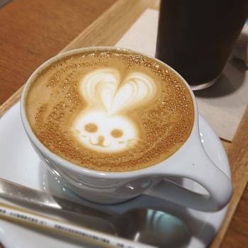 こちらのカフェにはバリスタが常勤されているので、上質なコーヒーをいつでも楽しむことができます。可愛らしい絵が描かれたカプチーノも、人気のメニューです。