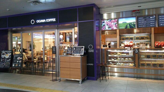 旅の終わりに、京都駅でほっとひと息つくなら「小川珈琲 京都駅店」へ。京都駅地下『コトチカ京都』内にあり、アクセスも抜群です。スタイリッシュな明るい外観が目印。