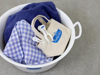 """オーナーのフレディレック氏は、""""コインランドリーは洗濯する場所なのに、きれいで魅力的な場所ではない""""という想いからお店を立ち上げました。シンプルなデザインにブルーのロゴマークのおしゃれなランドリーグッズでもお馴染みですね。"""
