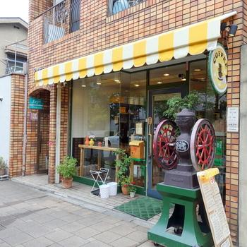 常連さんに長く愛されている「やまもと喫茶」。蝶ネクタイをつけたマスターとその奥様が経営されている街の愛され喫茶店です。ガラス張りで開放感のあるお店なので、初めての方でも入りやすいですよ!