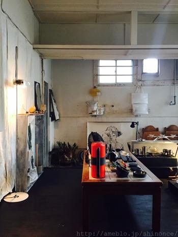 雑貨屋と喫茶店が合体したお店「カマタ店」。白を基調としたシックな店内には、個性的&ハイセンスな雑貨・家具がひしめきあっています。