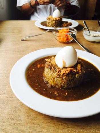 「ソングバードコーヒー」といえば、この丸ごと茹で卵がのった鳥の巣のようなカレーも人気です。カレーには珍しい納豆、パクチーといったユニークなトッピングもあり、自分好みの味にカスタマズもできますよ!