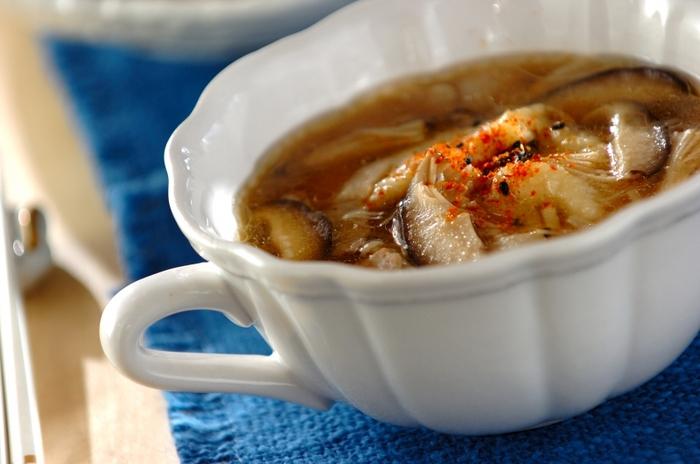 ご飯を炊き忘れた日は、すいとんはいかがでしょう。モチモチのすいとんは、つるっと美味しく頂けます。簡単に作れるので、昼食など軽く済ませたいときに作ってみたいですね。