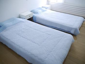 ニトリの「Nクール寝具」も夏にぴったりのアイテムです。触れるとひんやり気持ちの良いシリーズ商品。敷きパッドは、裏面にタオル地が付いているので、春・秋にも使えます。その他、タオルケット、ふとん、枕カバー、子供用寝具など種類豊富。カラーもいろいろ選べますよ。