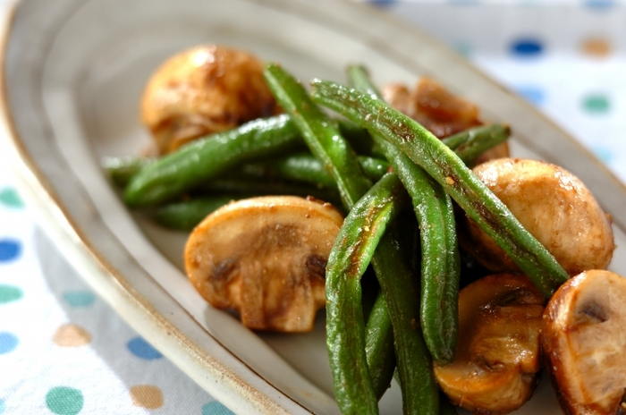 キノコは火の通りも早く、短時間で調理できるのが嬉しいですよね。冷凍野菜と組み合わせて、さらに時短で調理することができます。 オリーブオイルにアンチョビを加えて、冷凍インゲン、マッシュルームの順で炒めます。最後に塩コショウで味付けして完成。マッシュルームは炒めすぎるとジューシーさがなくなるので、サッと炒めるのがコツ。