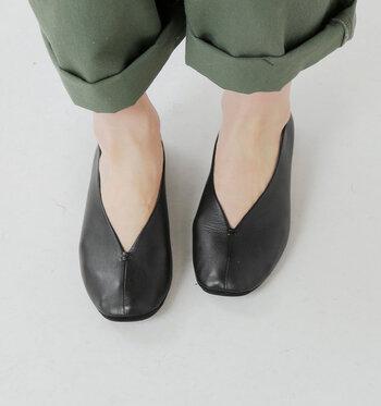夏は涼やかなサンダルの足元も素敵ですが、帰省コーデとしてはちょっとふさわしくないかも。素足や指先を見せるシューズは避けるのが無難でしょう。  きちんと感のあるパンプスでも、柔らかな素材やヒールが低いタイプもたくさんあります。ラクな履き心地のモノを探してみてくださいね。