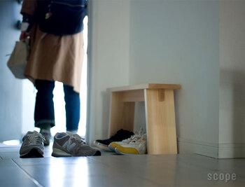 非常にコンパクトな腰掛けです。小さな棚として使うこともできる優れもの。玄関では靴ひもを結んだり、ブーツのファスナーをあげたり、ちょっと腰掛けられると嬉しい瞬間というのは実は多いんですよね。