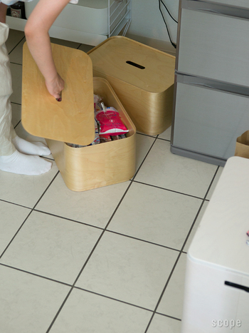 キッチンのストックを収納するのにちょうどいいイッタラのボックスです。スタッキングするもよし、ひとつだけをお部屋のすみに置いておくのもよし。蓋の穴に手を入れると、すっと蓋を上げることができます。