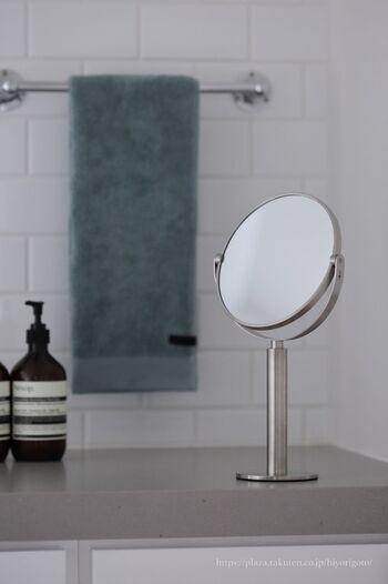 コンパクトなスタンドミラーが洗面所にひとつあると、造りつけのミラーと合わせ鏡にして使ったり、細かなアイメイクをチェックしたりと、とても重宝します。洗面所には、ミニマルなデザインがよく似合いますね。